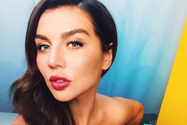''Любите всех'': Седокова пикантно засветила роскошную грудь перед фанами