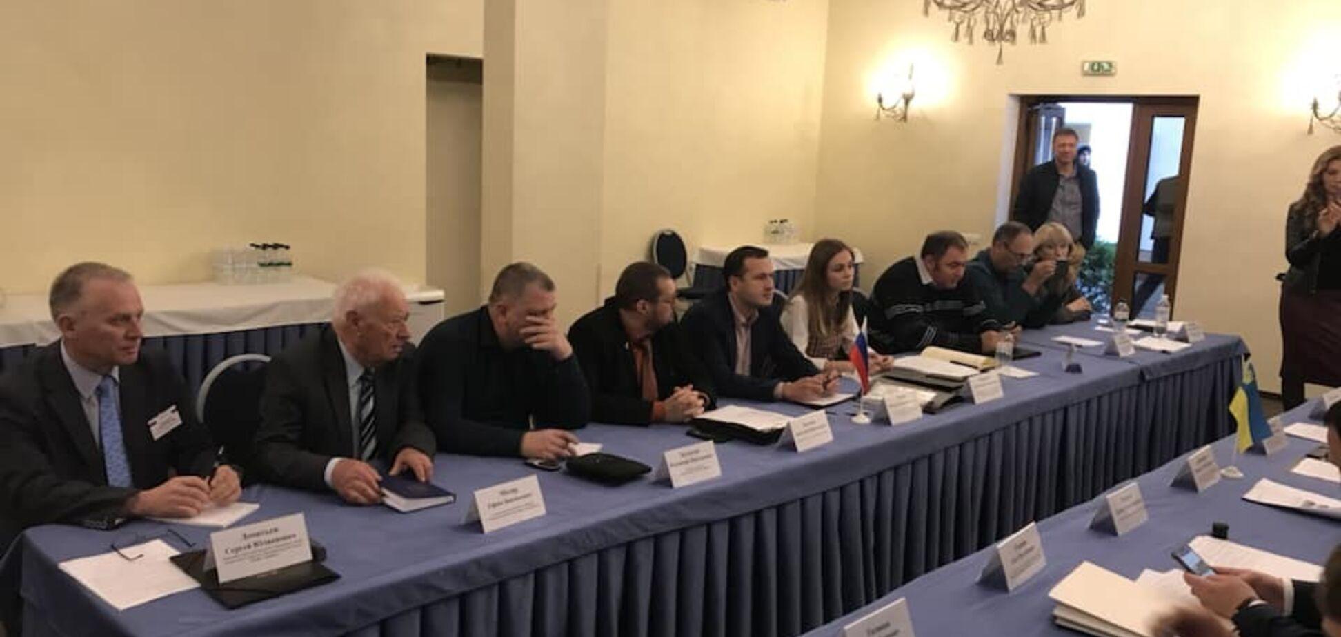 ''Вони вбивають наших дітей'': у Києві зірвали засідання скандальної українсько-російської комісії