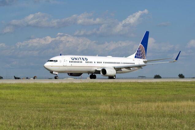 Накричала на кресло и избила стюардесс: авиалайнер экстренно посадили из-за пьяной пассажирки