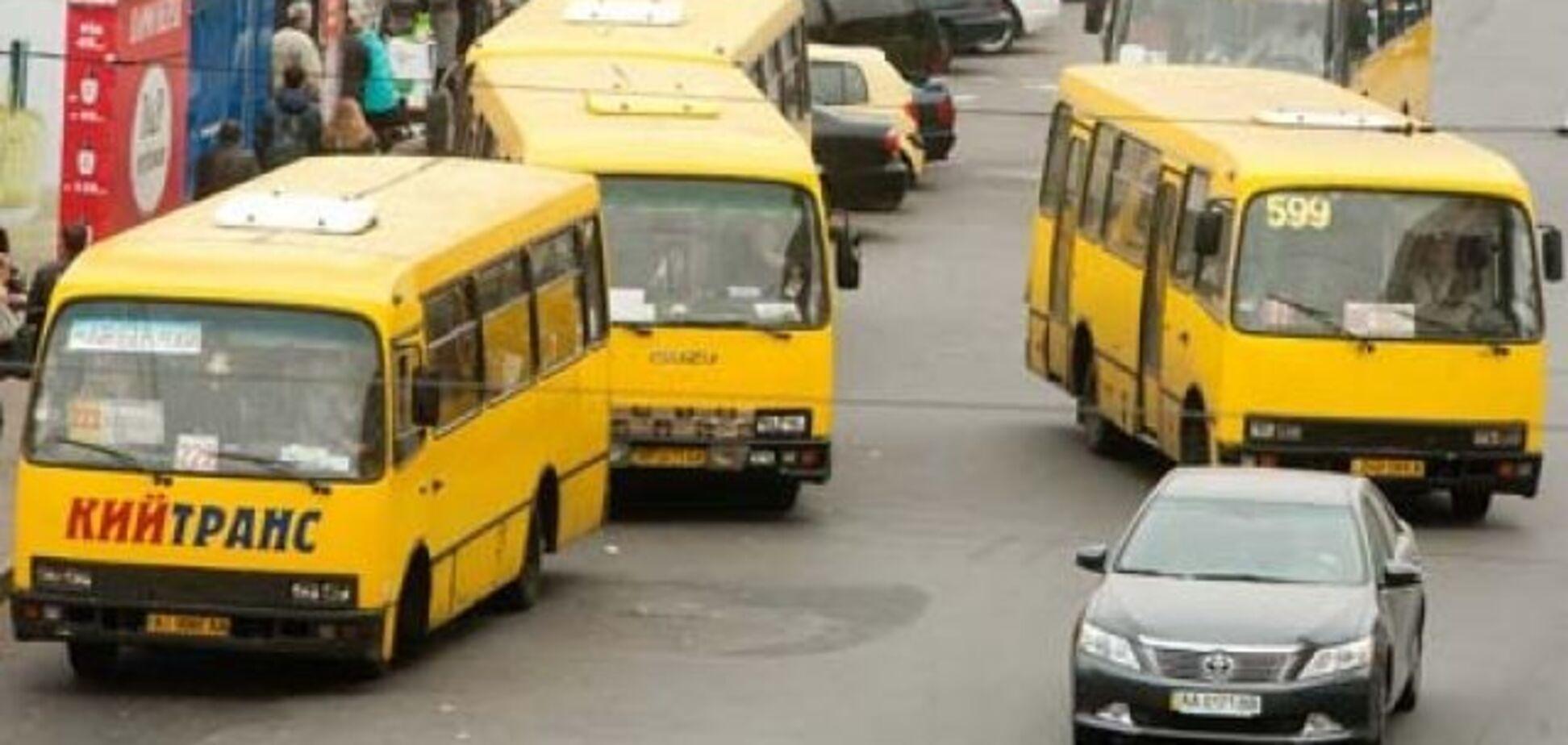 ''Забыл, б***ь, что светофор!'' В Киеве водитель маршрутки чуть не погубил пассажиров