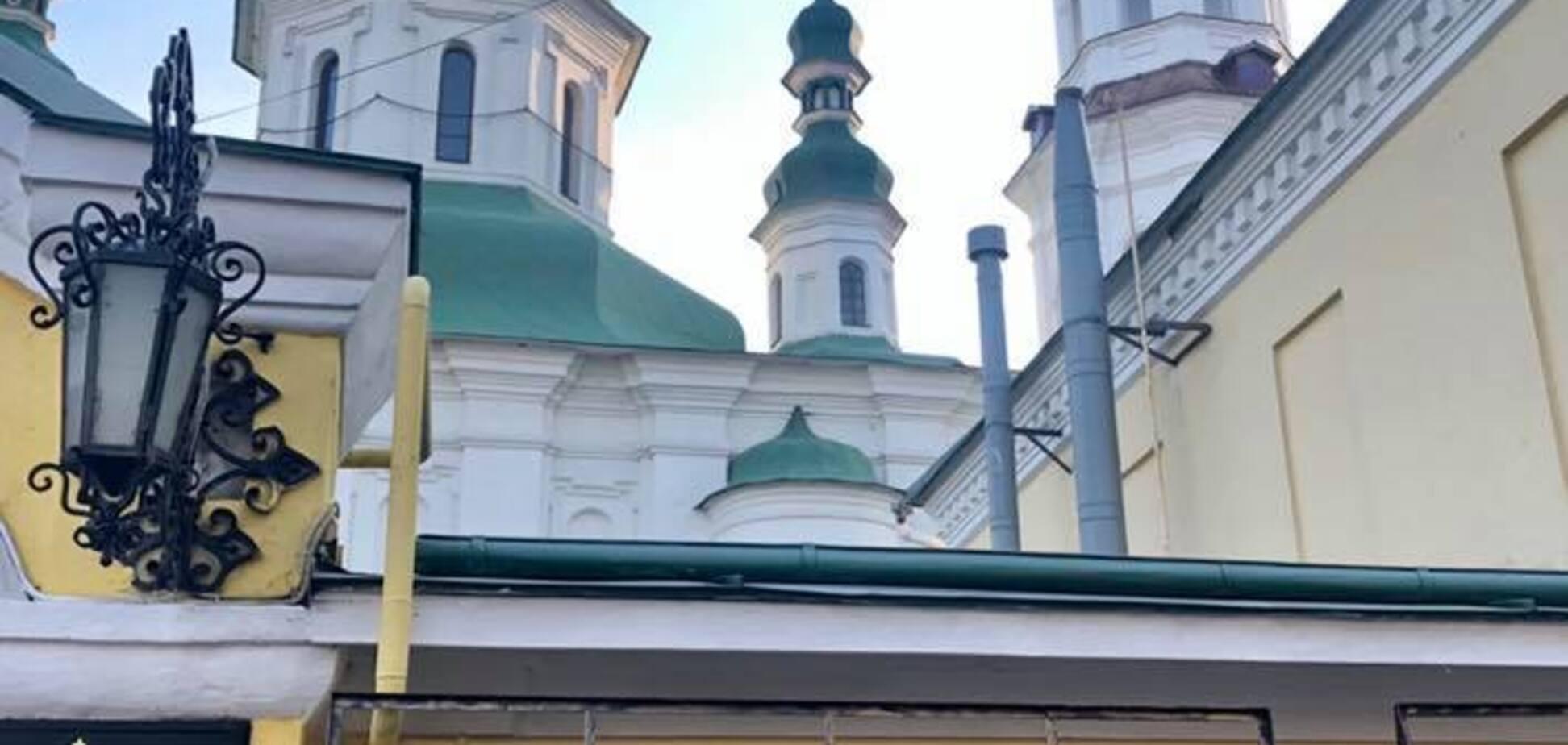 В Киеве вандалы разрисовали монастырь рекламой наркотиков: фото