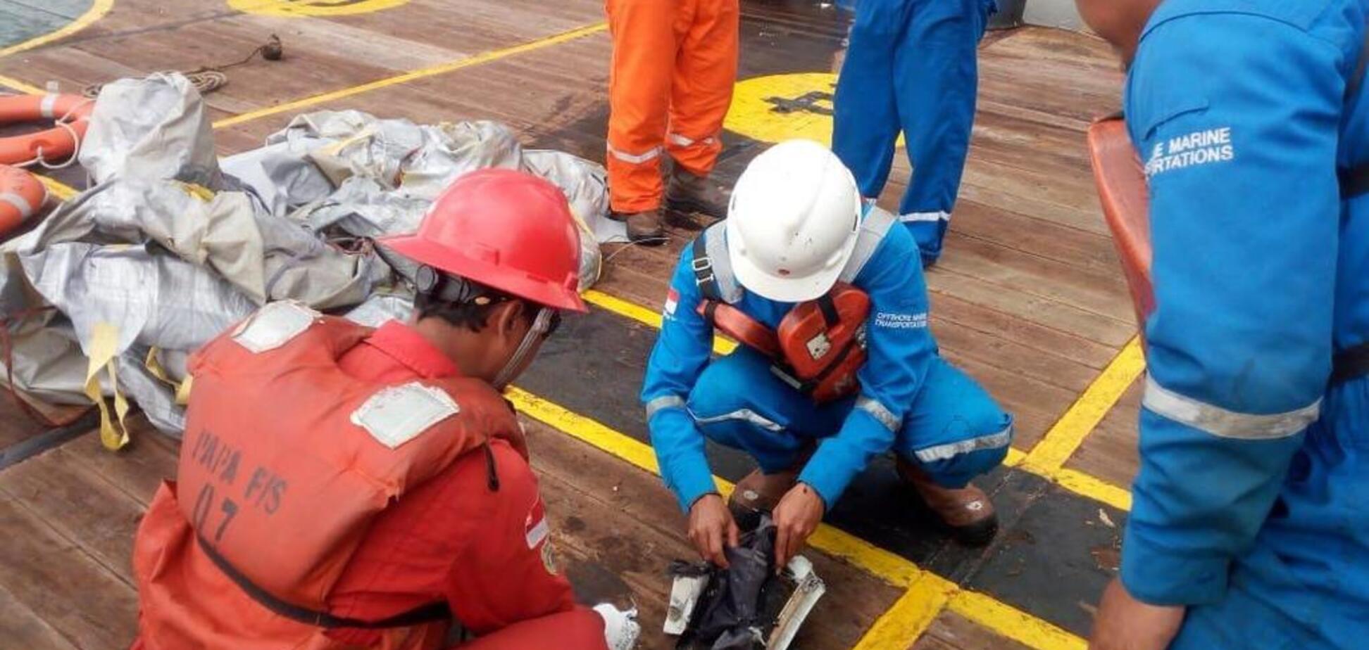Телефоны и сумки: появились первые фото и видео с места крушения Boeing 737 в Индонезии
