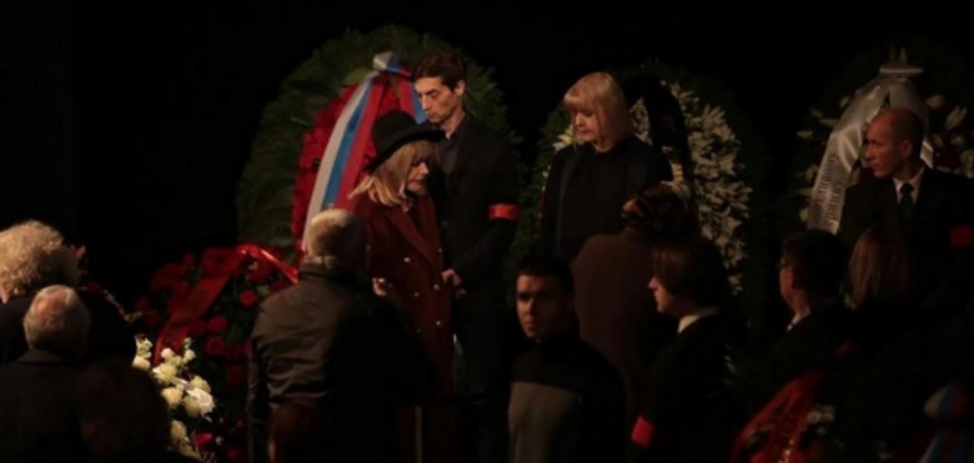 Відмовилася розмовляти: Пугачова спантеличила дивною поведінкою на похороні Караченцова