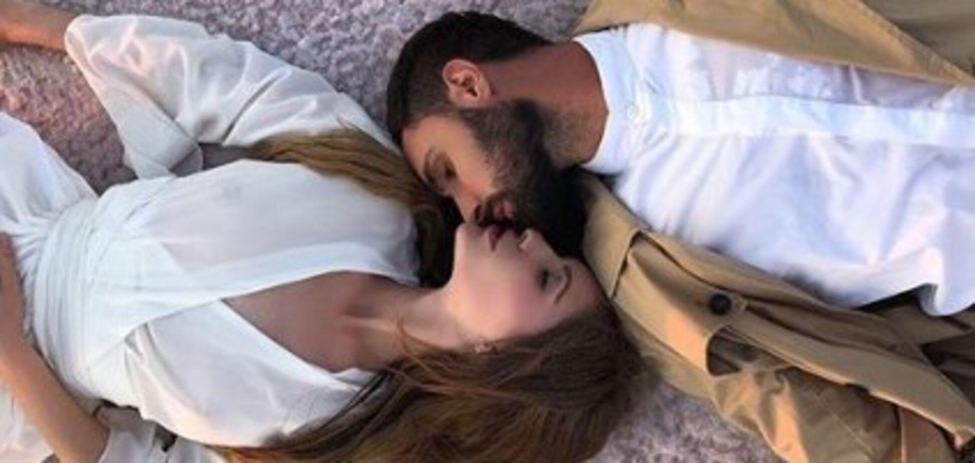 Беглая невеста Козловского высмеяла нежности певца с молодой моделью