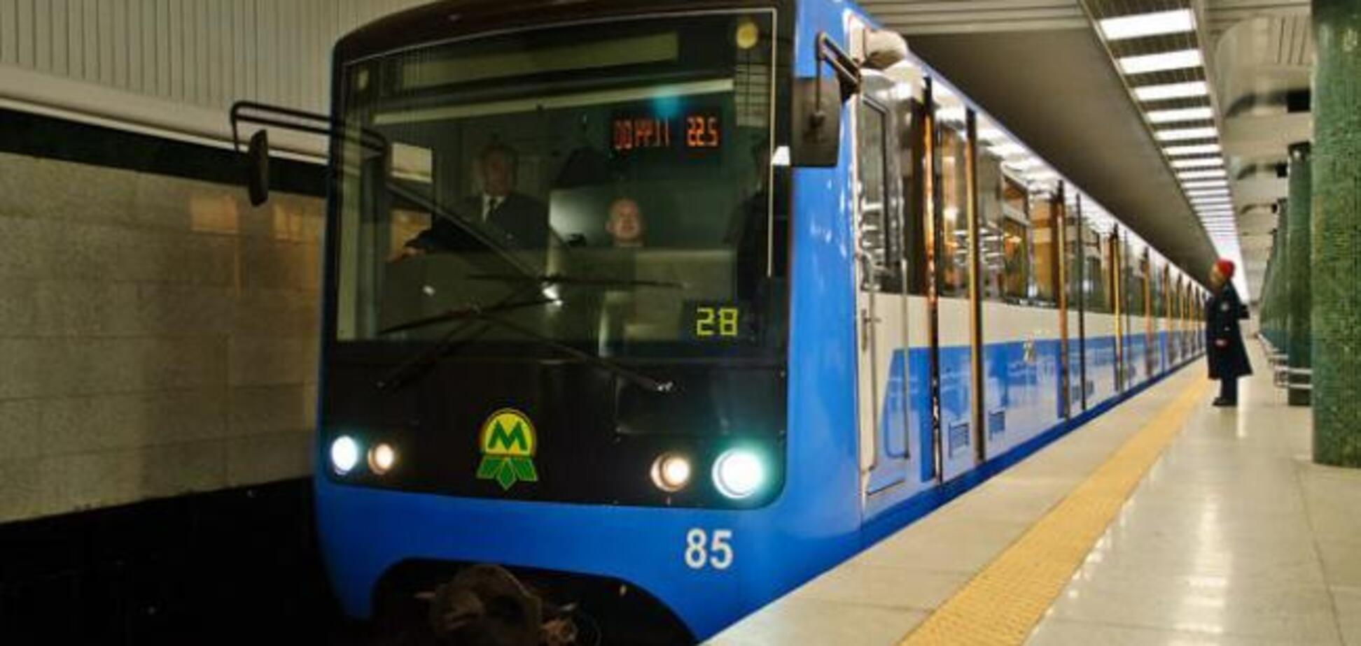 Лишился руки: в Харькове мужчина бросился под поезд метро