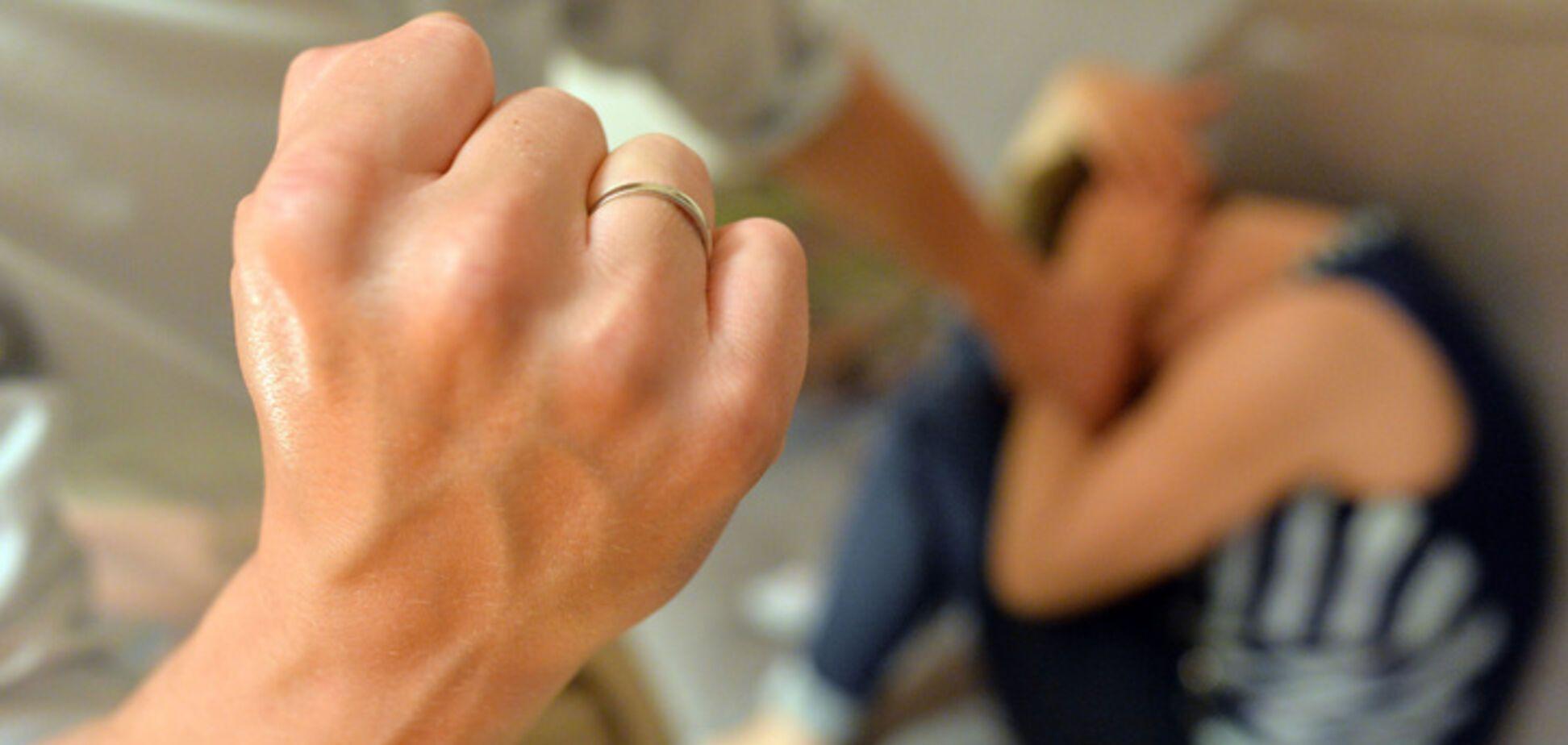 Палкой по голове: в Херсоне женщина посреди улицы жестоко избила ребенка