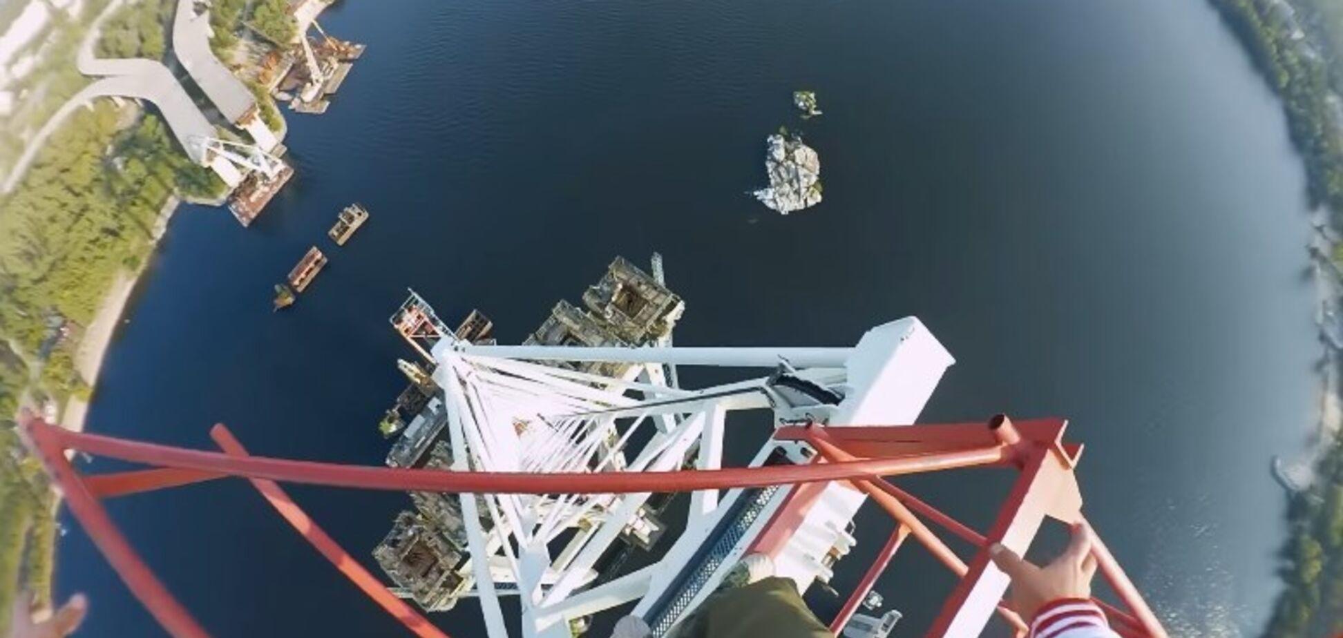 У Запоріжжі екстремали піднялися на 200-метровий кран: божевільне відео