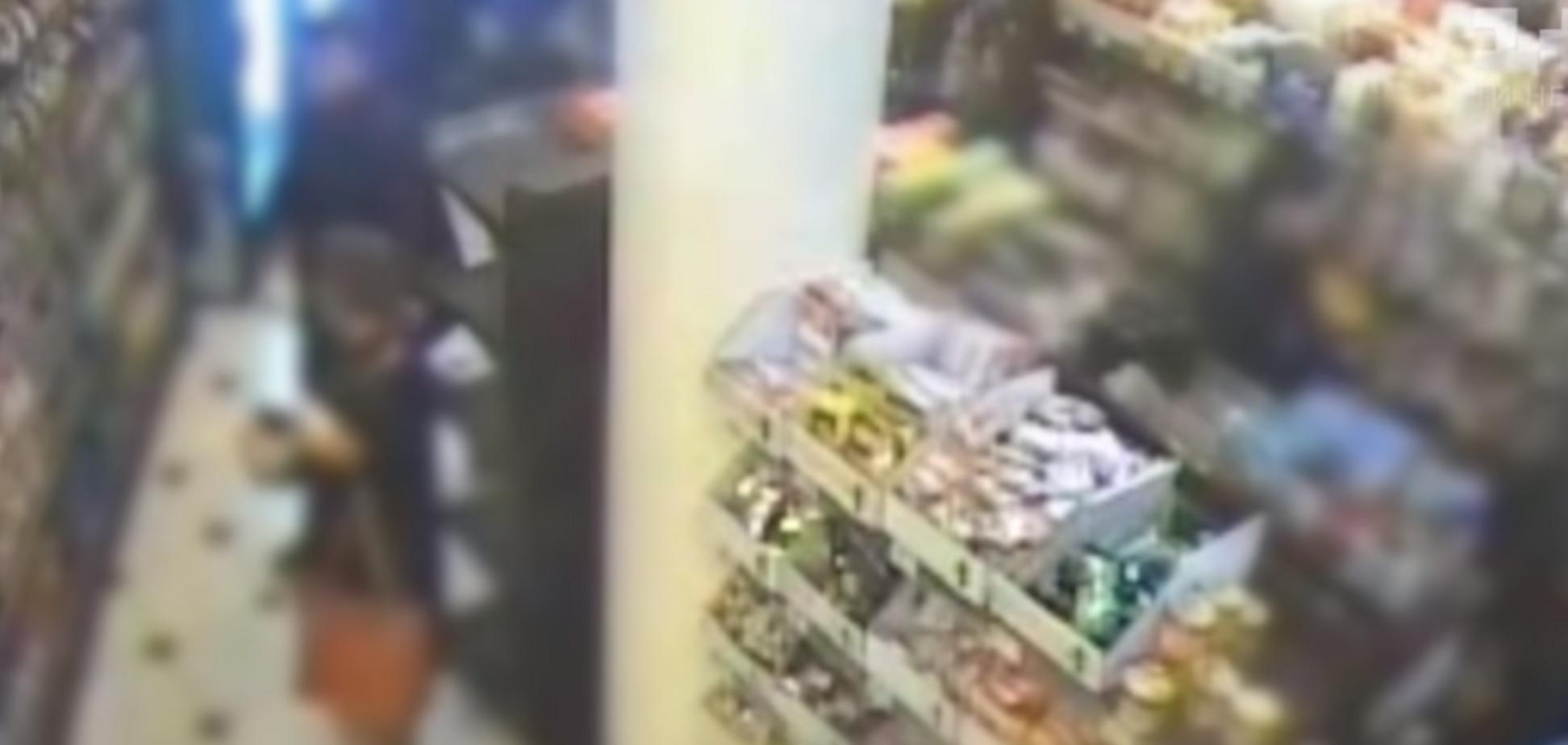 Накинулись на алкоголь и еду: подростки разгромили супермаркет в Киеве
