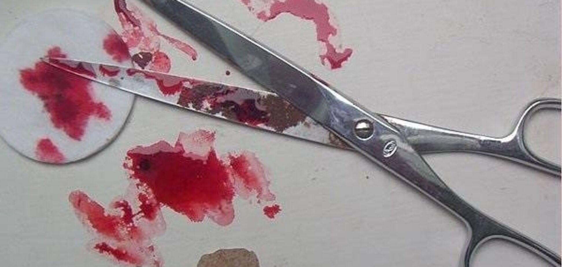 В Запорожье мужчина искромсал женщину ножницами