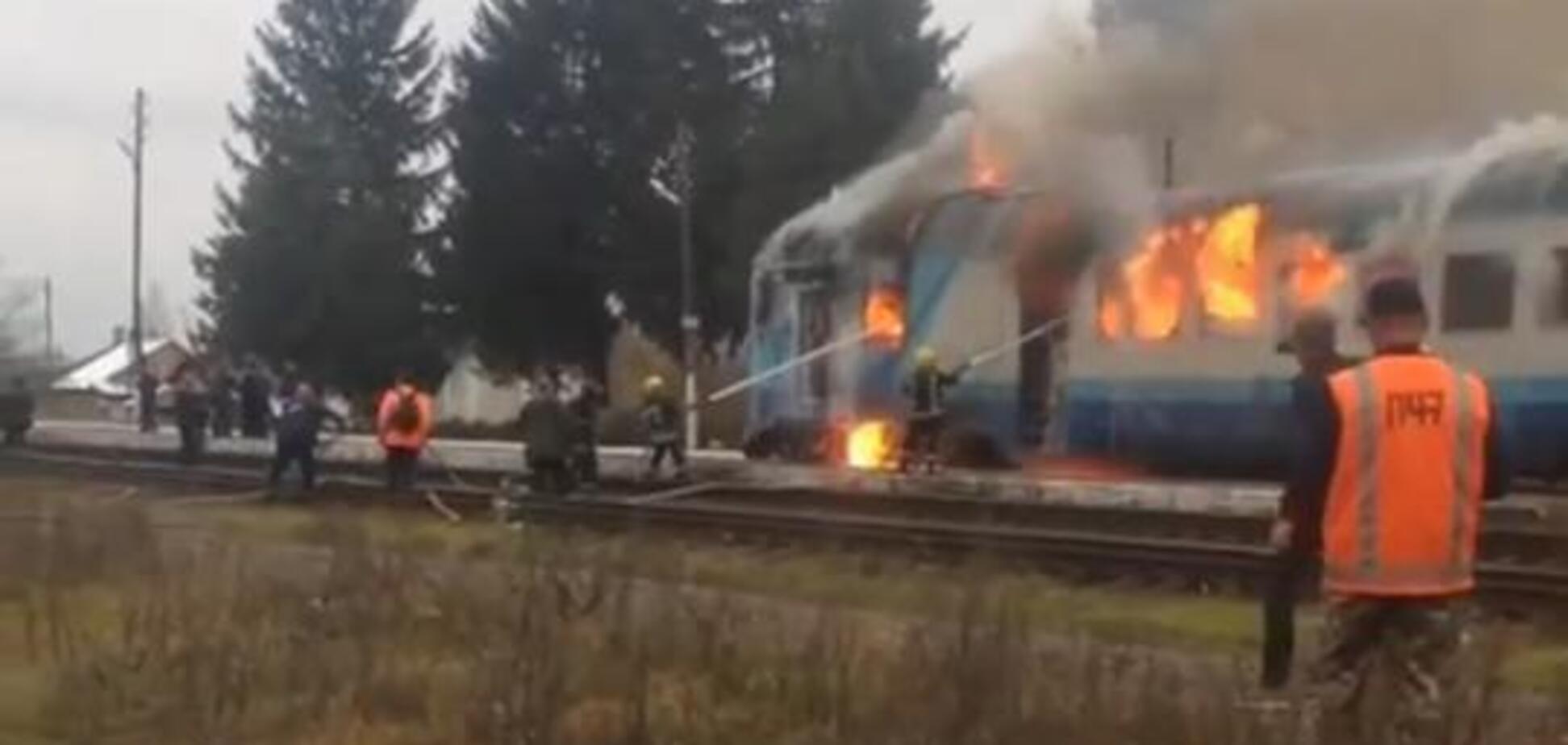 На Рівненщині загорівся потяг із людьми: фото та відео сильної пожежі