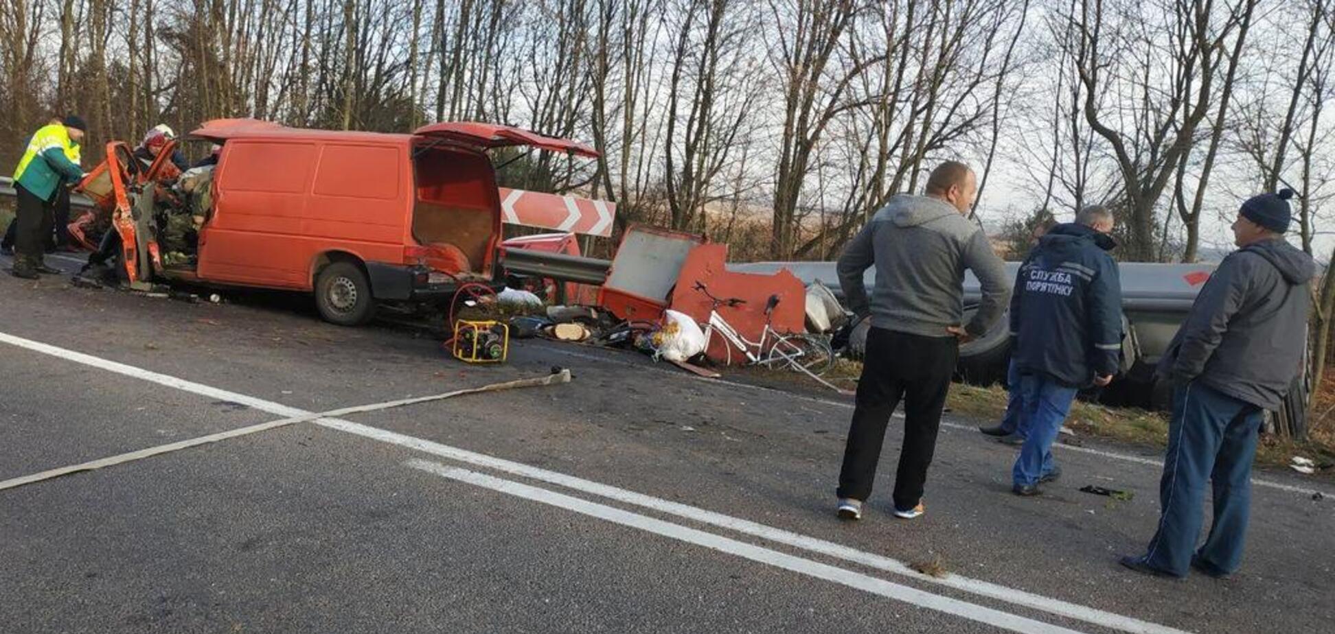 Під Рівним автобус влетів у вантажівку: є жертви. Перші кадри з місця ДТП