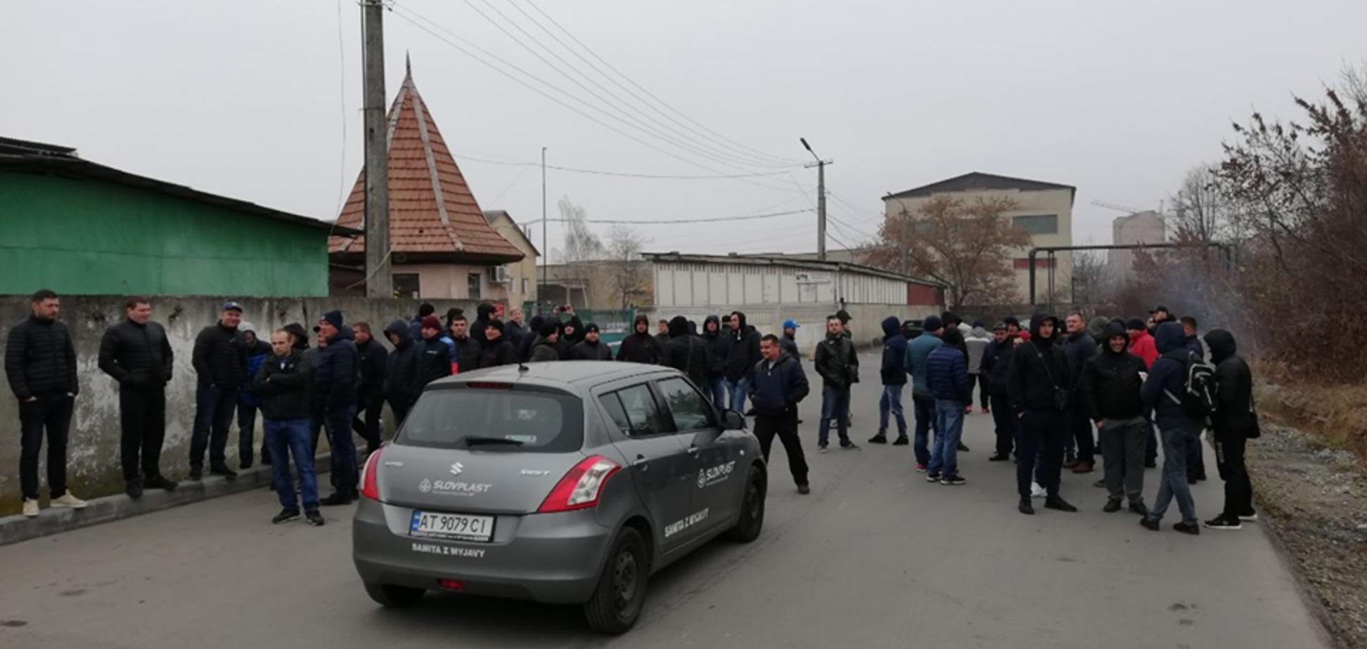 Запалили шини: власники авто на єврономерах пішли на радикальні заходи в Івано-Франківську