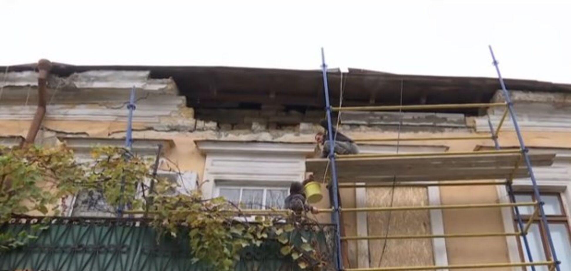 В Одессе часть дома обрушилась на пешехода: видео