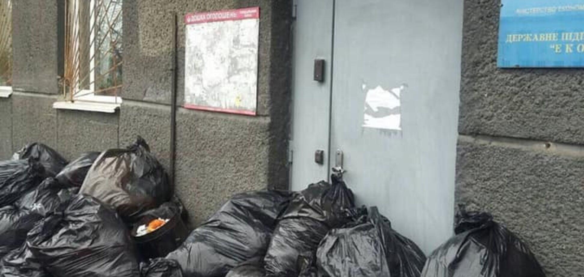 Помстилися: кияни завалили ЖЕК на Печерську сміттям