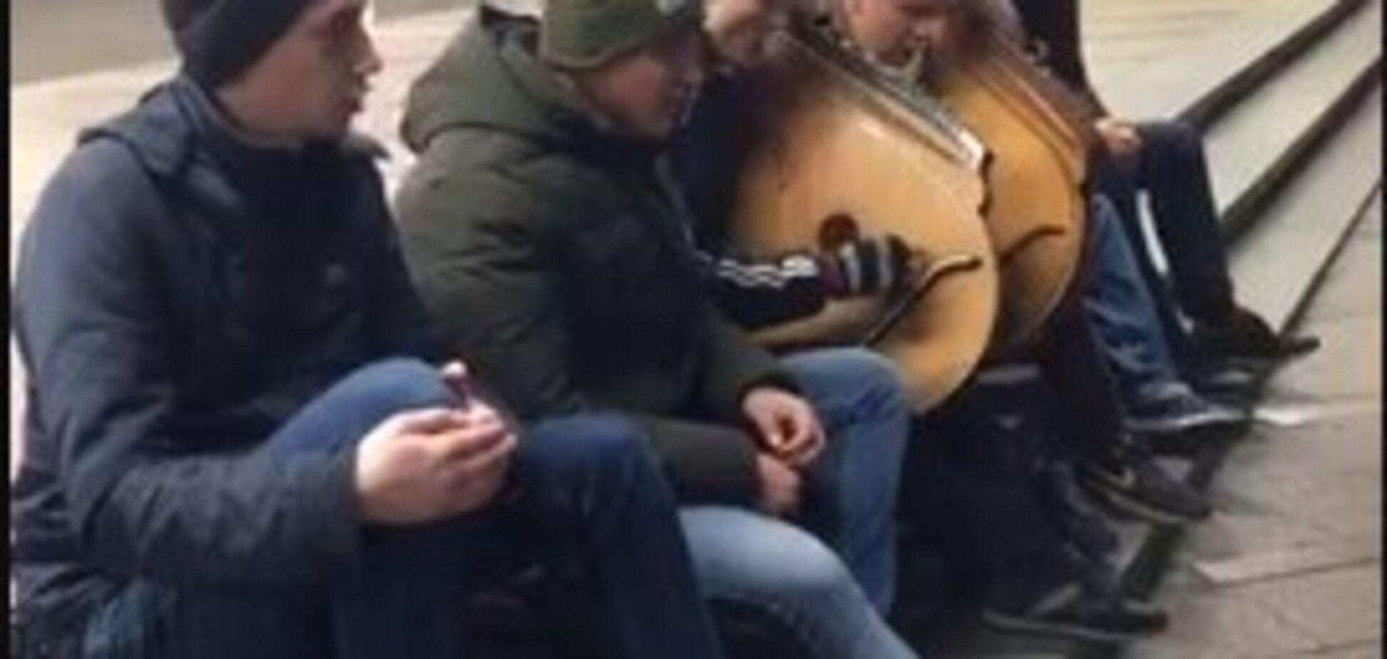 ''Уклін хлопцям!'' Вуличні музиканти вразили виконанням української народної пісні