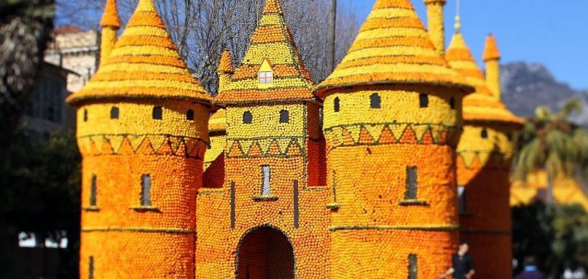 Зачем Киеву замок из апельсинов