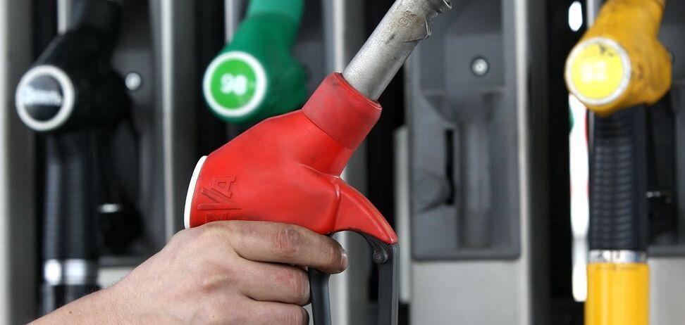Проб'ють психологічний бар'єр: озвучено прогноз цін на бензин в Україні
