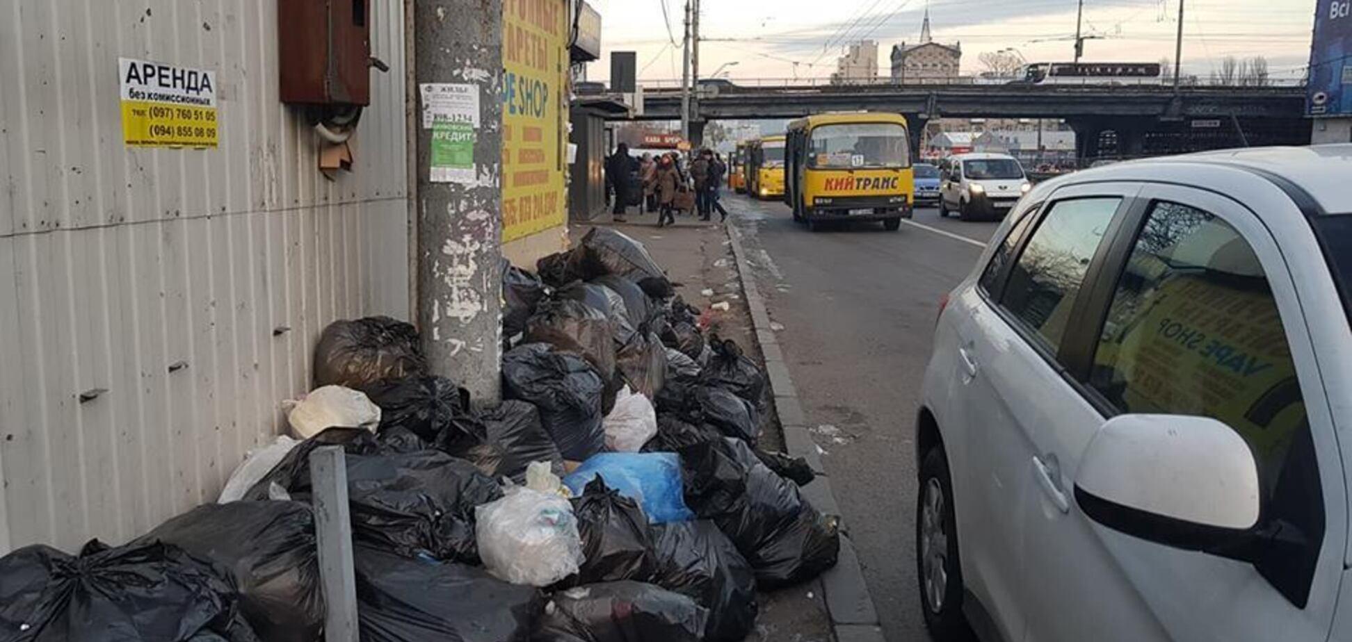 Тоне в смітті: в мережі показали сумні фото Києва