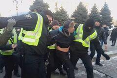В центре Киева заковали в наручники помощника Савченко: фото и видео жестких столкновений