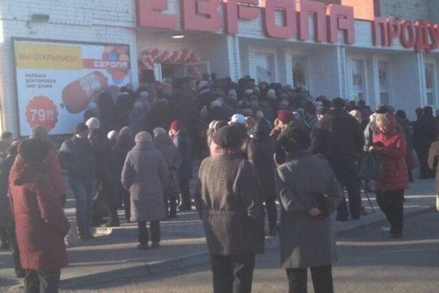 ''Дикари!'' В России устроили бешеную давку из-за дешевой колбасы