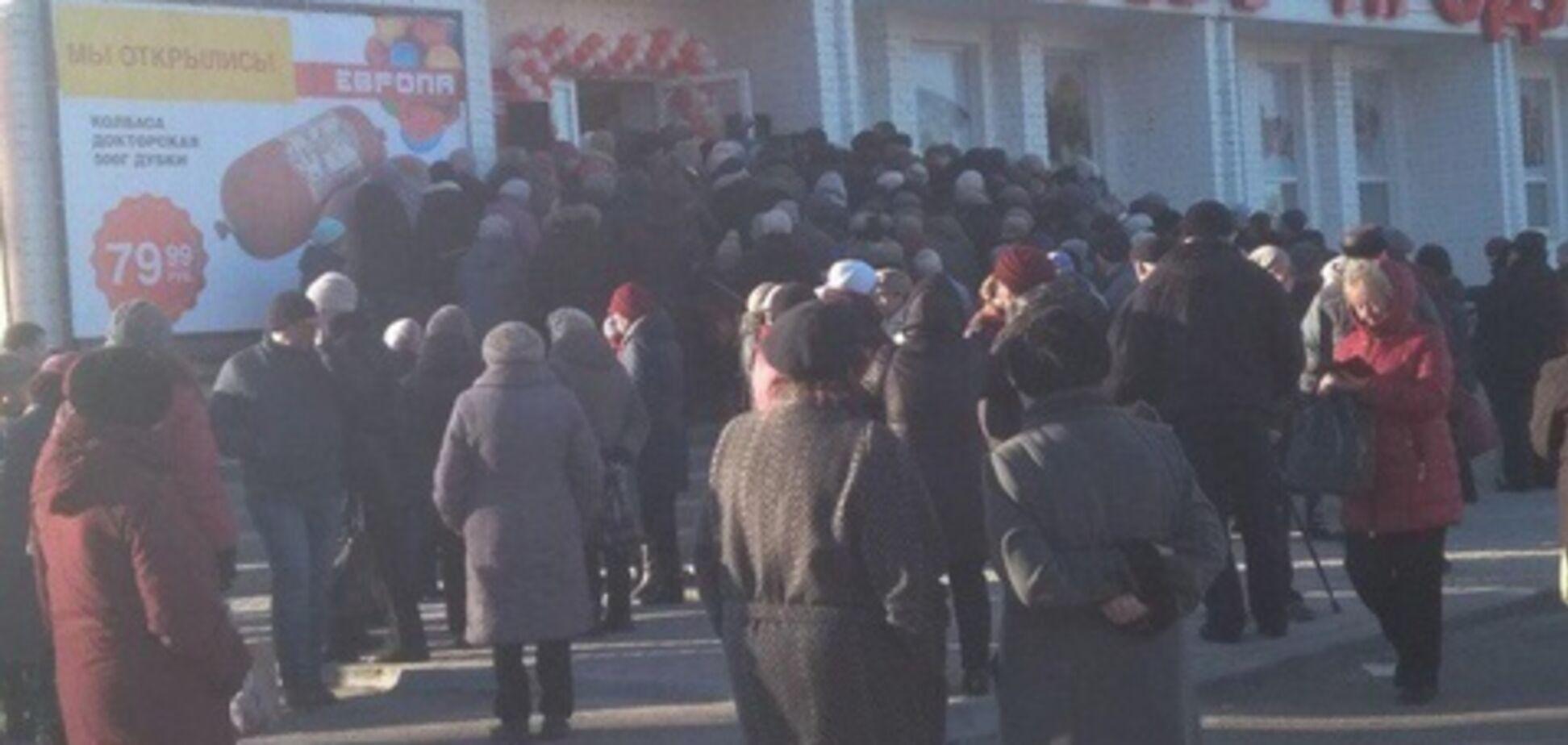 ''Дикуни!'' У Росії влаштували шалену тисняву через дешеву ковбасу