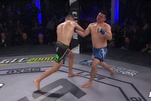 Боец MMA сложился вдвое после нокаута