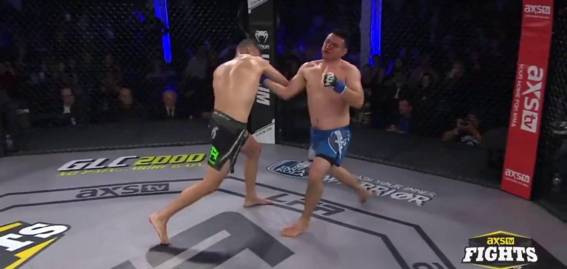 Боец MMA сложился вдвое после кровавого нокаута