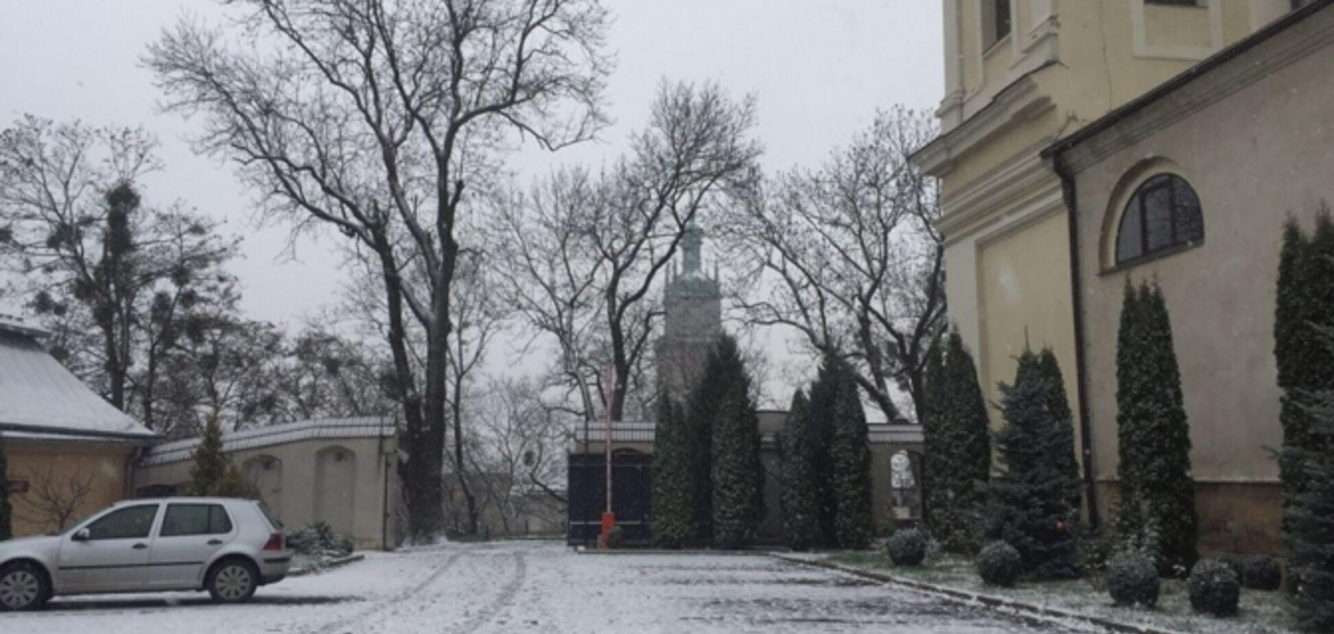 'Нарешті!'' Мережа у захваті через перший сніг у Львові