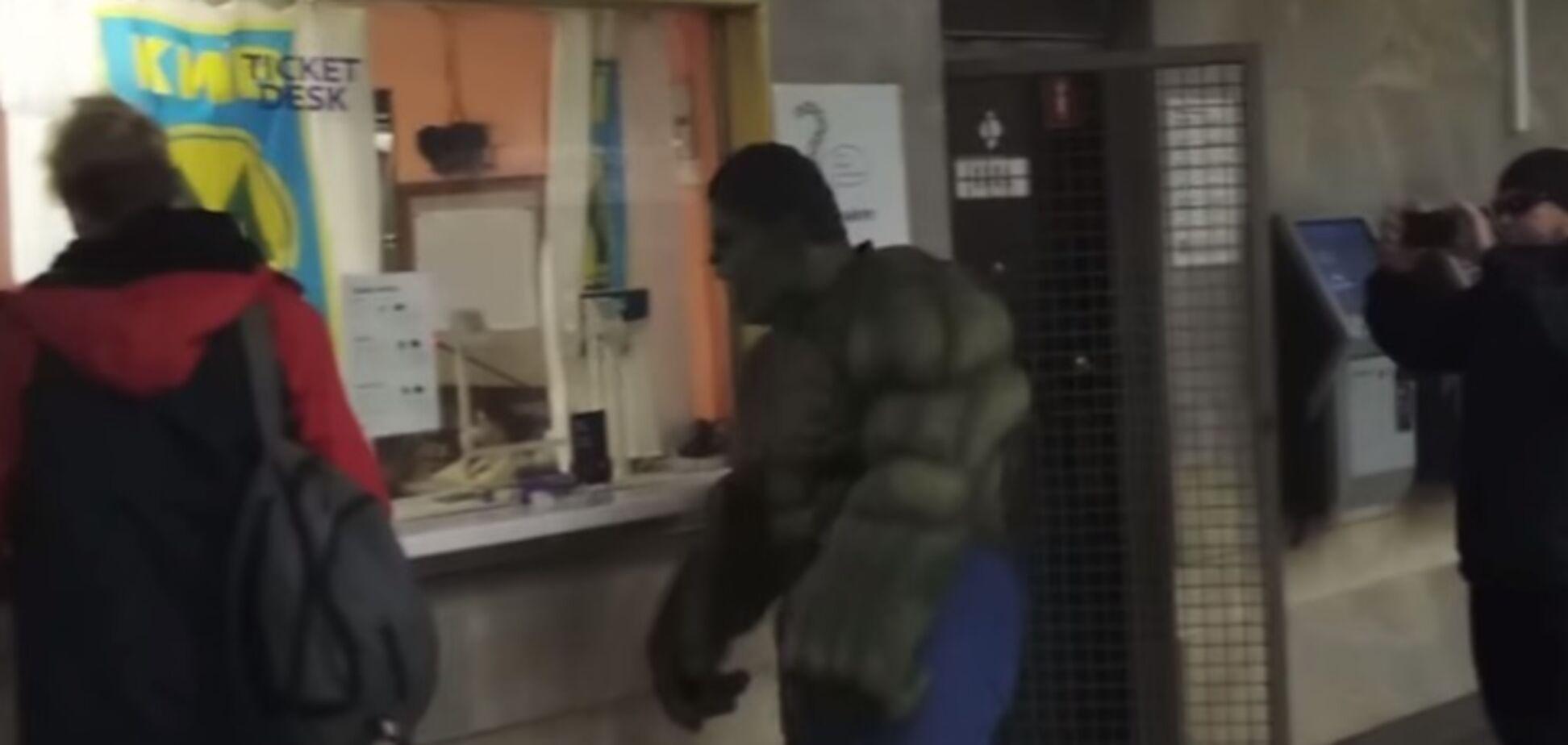 У київському метро помітили знаменитого супергероя: веселе відео