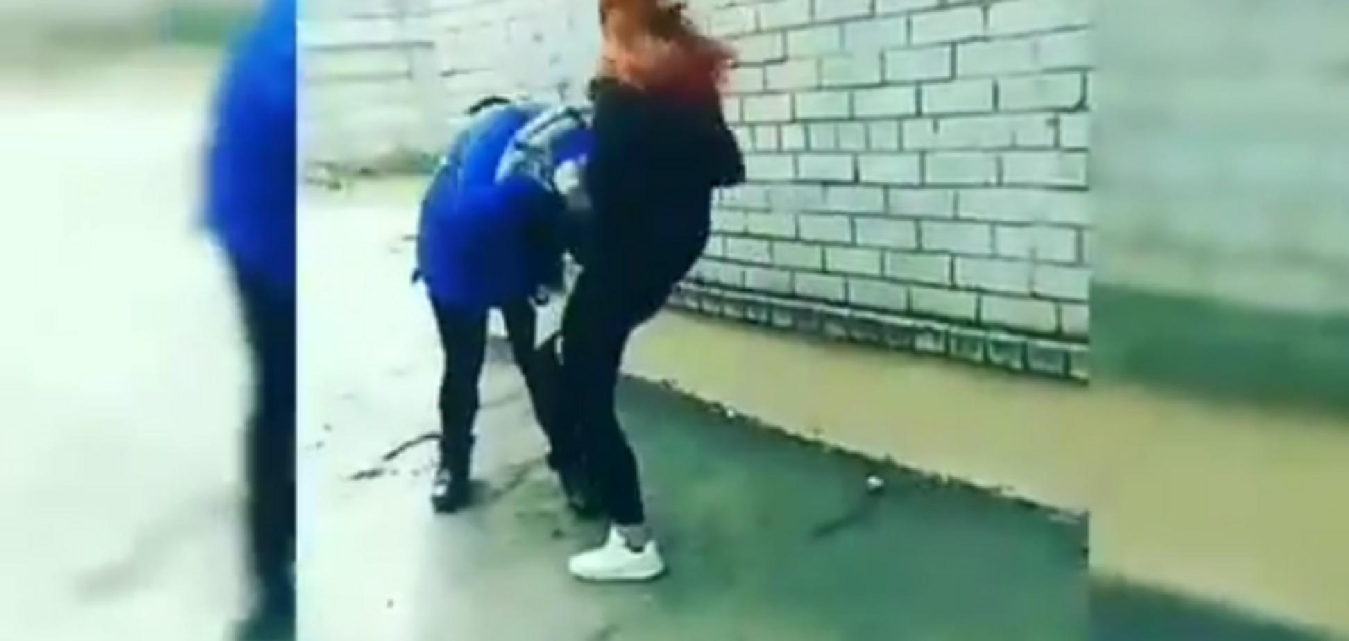 У Запоріжжі студентка по-звірячому побила дівчину та похвалилася жорстоким відео