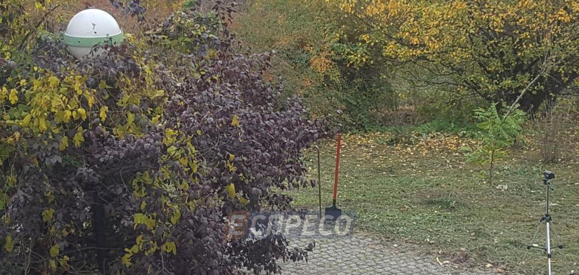 У центрі Києва виявили саморобну могилу дитини: фото з місця події