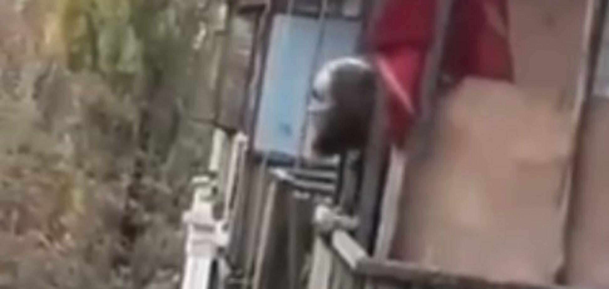 Угрожает и выбрасывает вещи: в Киеве неадекватный мужчина ошарашил своим поведением