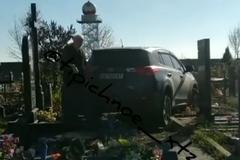 ''Ничего святого'': в Харькове священник на внедорожнике разгромил кладбище