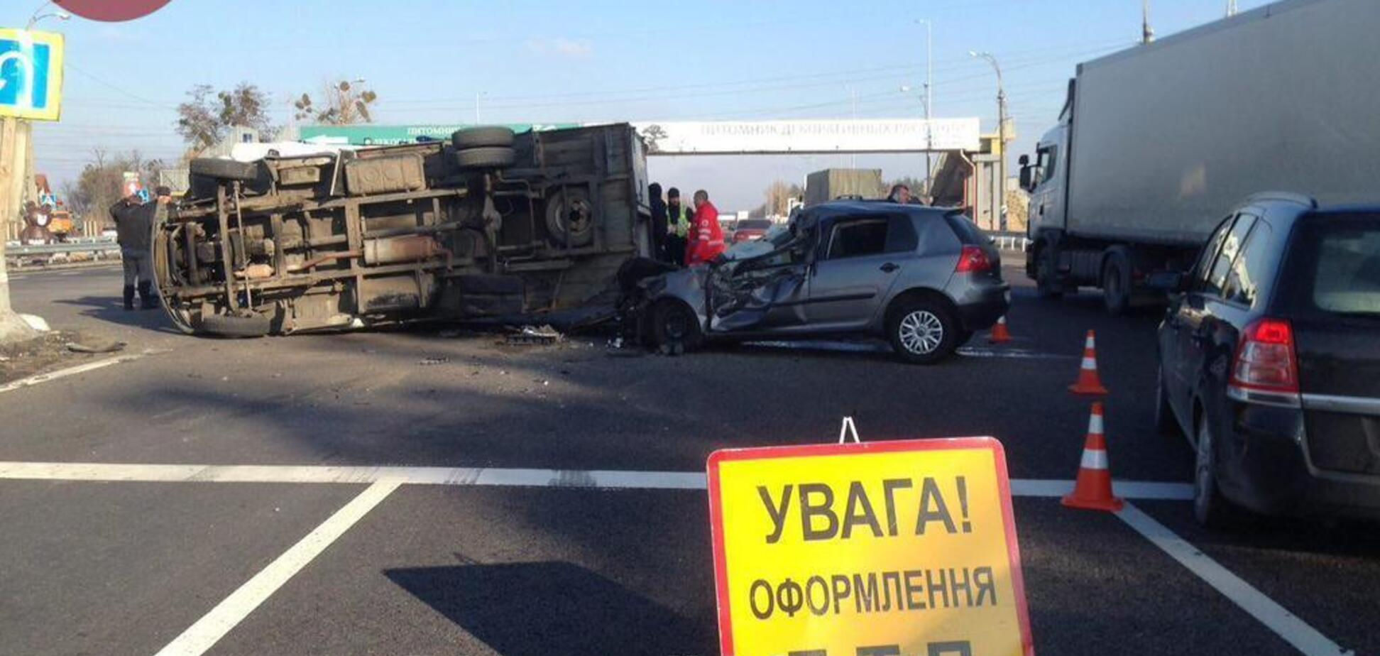 Под Киевом столкнулись сразу шесть авто: первые фото с места ДТП