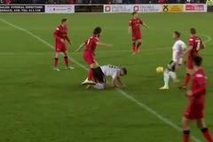 Футболист обиделся на соперника и лягнул его между ног - жесткое видео