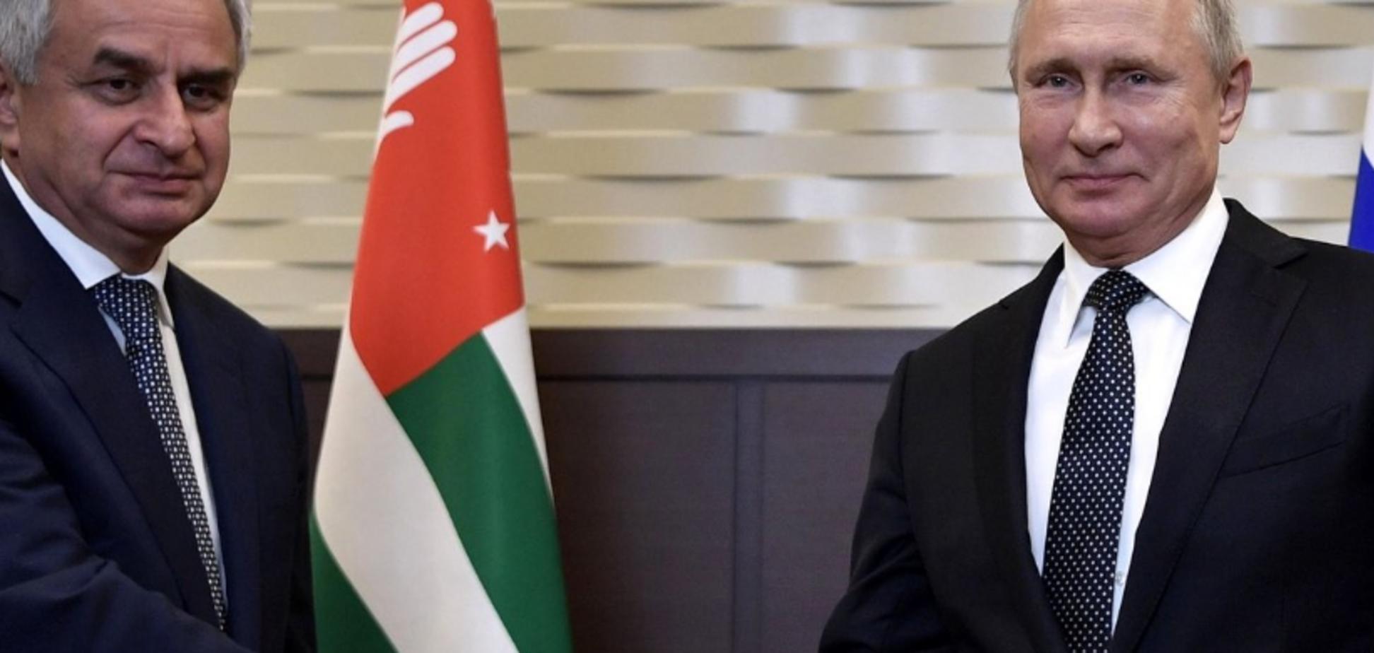''Еще бы лысины одинаковые прилепили'': Путин попал в курьезную ситуацию с ''президентом'' Абхазии