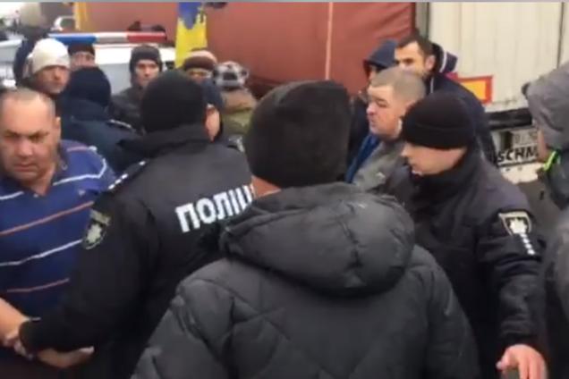 В Полтаве ''евробляхеры'' жестоко избили мужчину: момент сняли на видео