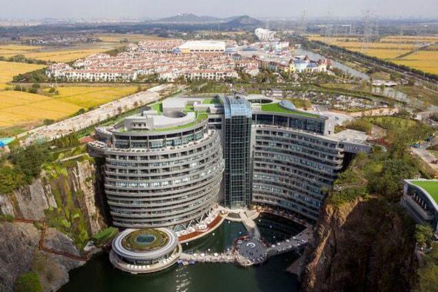 Первый в мире отель в карьере показали с высоты: впечатляющее видео