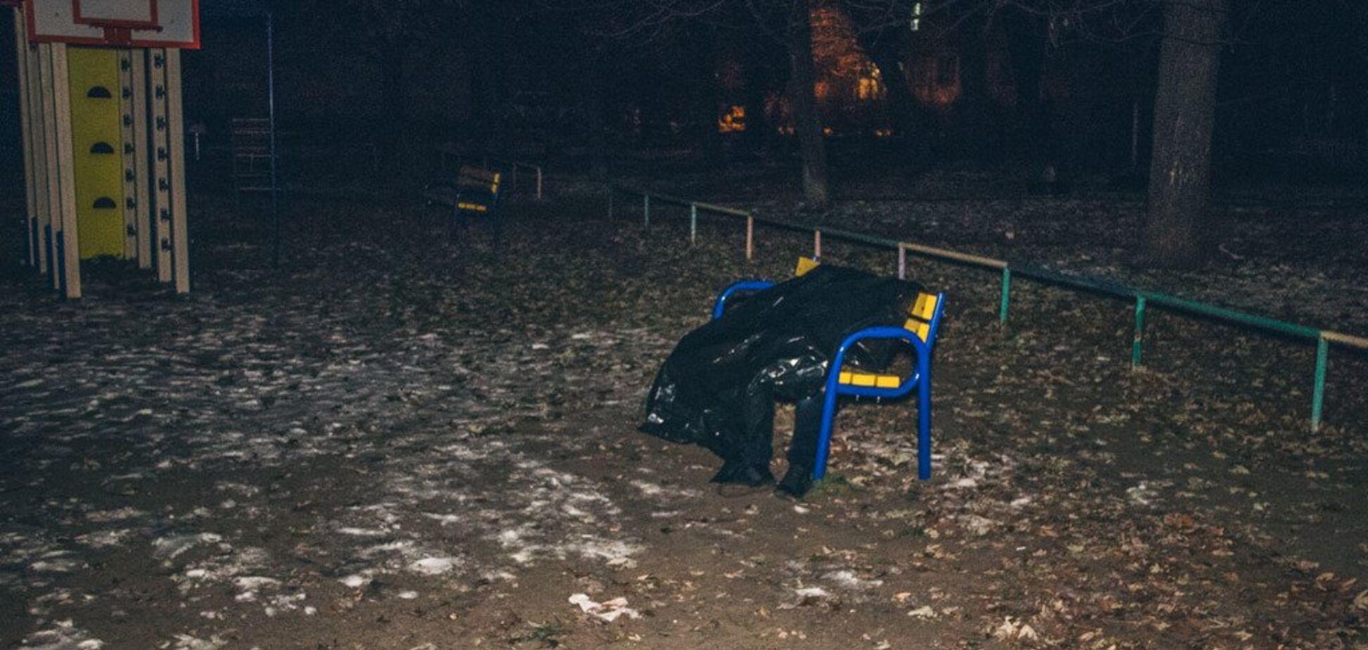 З рота йшла піна: у Києві на дитячому майданчику знайшли труп зі спущеними штанами