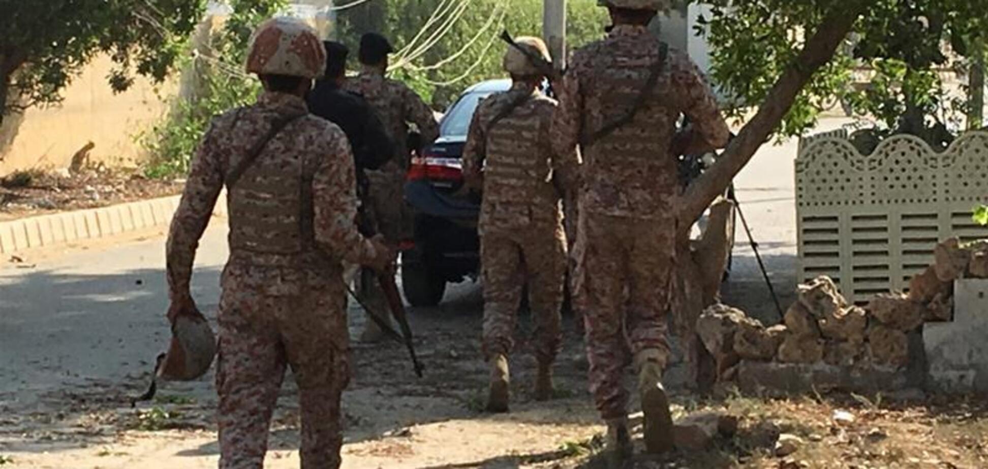 У Пакистані троє смертників атакували посольство Китаю: перші фото і відео