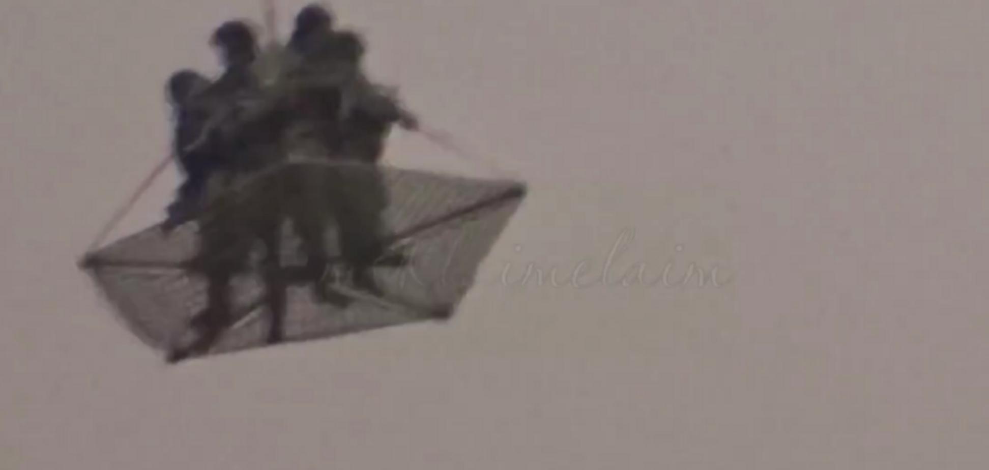 'Коїться щось дивне!' Над Кремлем злетіли військові вертольоти з людьми на мотузці. Відео