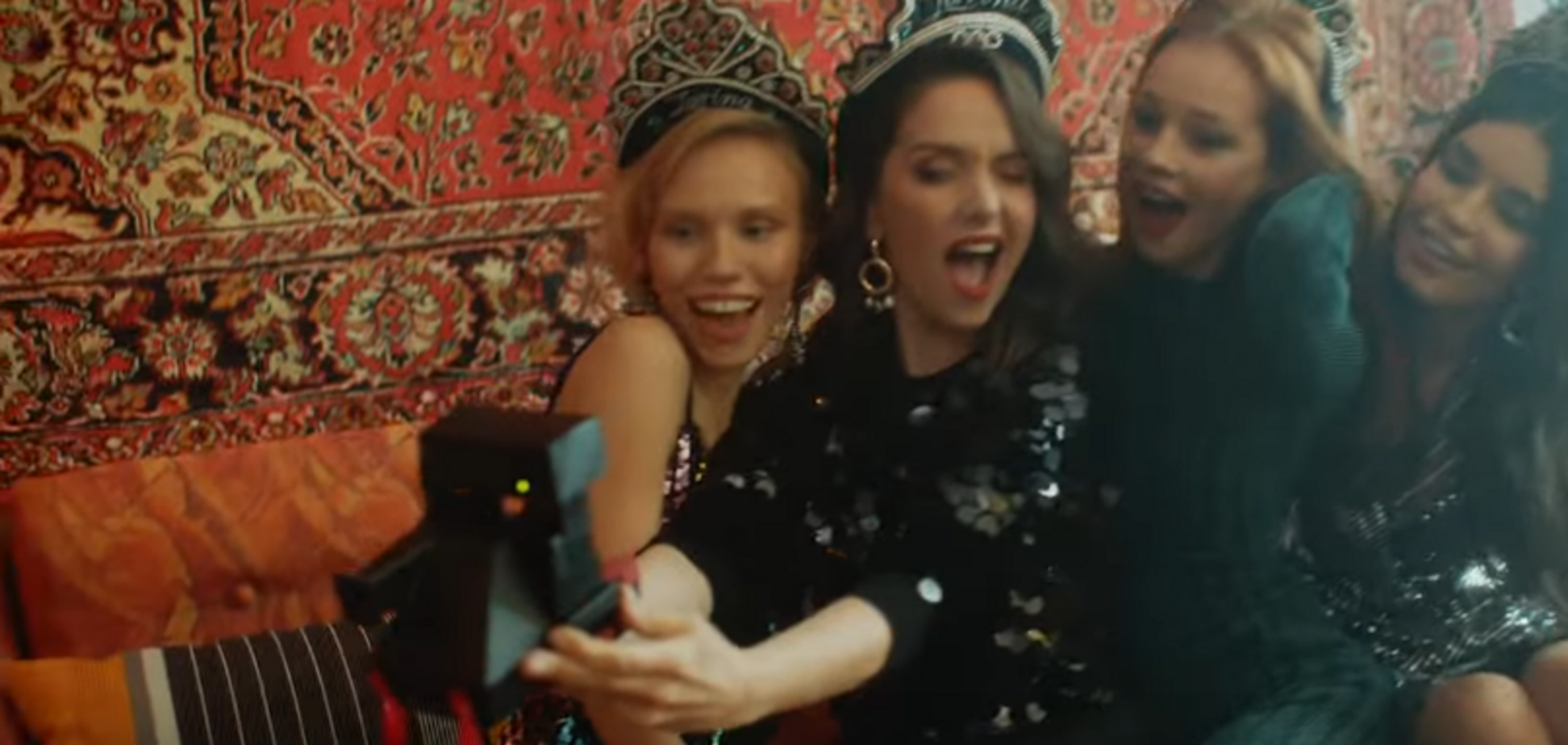 ''Я люблю тебе, Росіє!'' Культова співачка затанцювала в кокошнику під килимом
