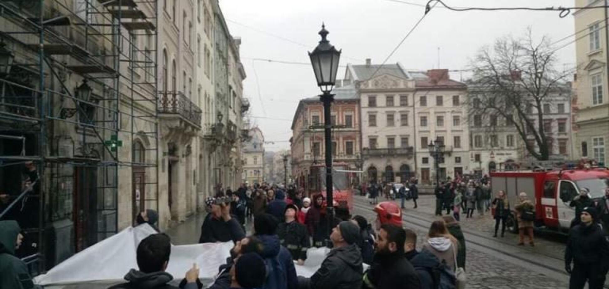 В центре Львова иностранец пытался покончить с собой, спрыгнув с крыши: фото и видео