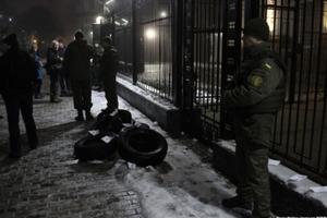 Второй Майдан? В Киеве под посольство России принесли шины