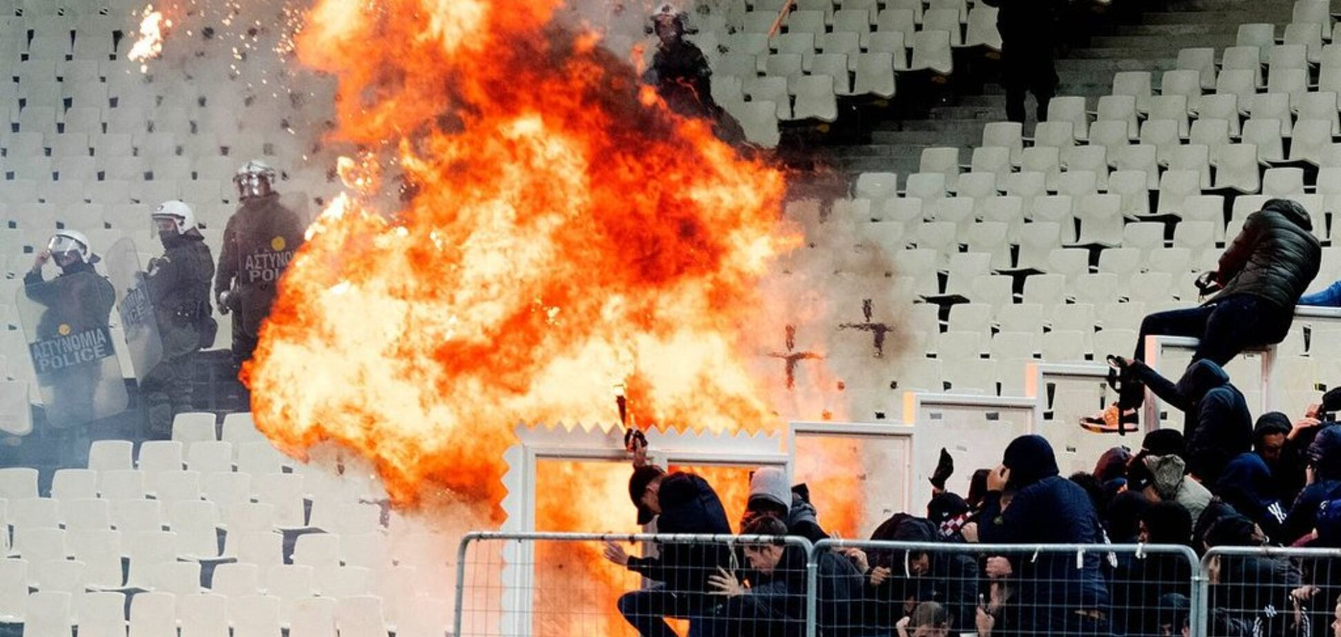Дикунство дня: фанатам 'Аякса' влаштували погром на матчі ЛЧ