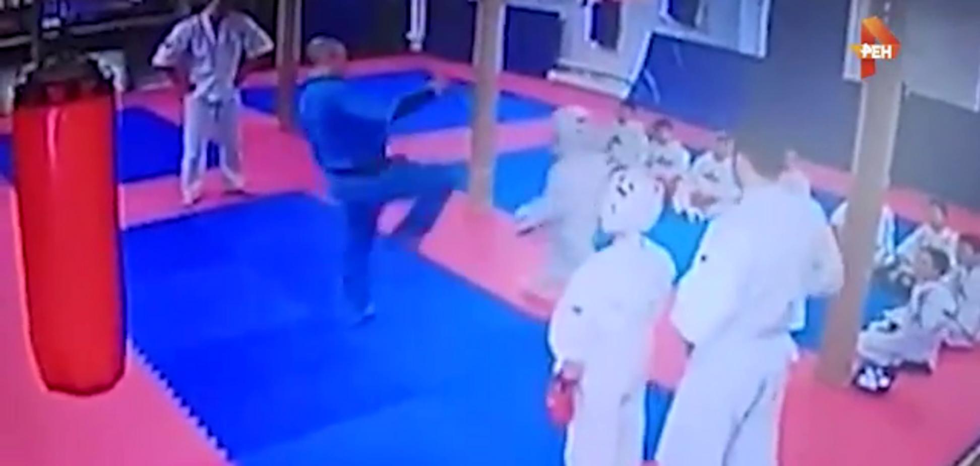Дичина дня: у Росії тренер вирішив виховати дитину, вдаривши ногою у голову
