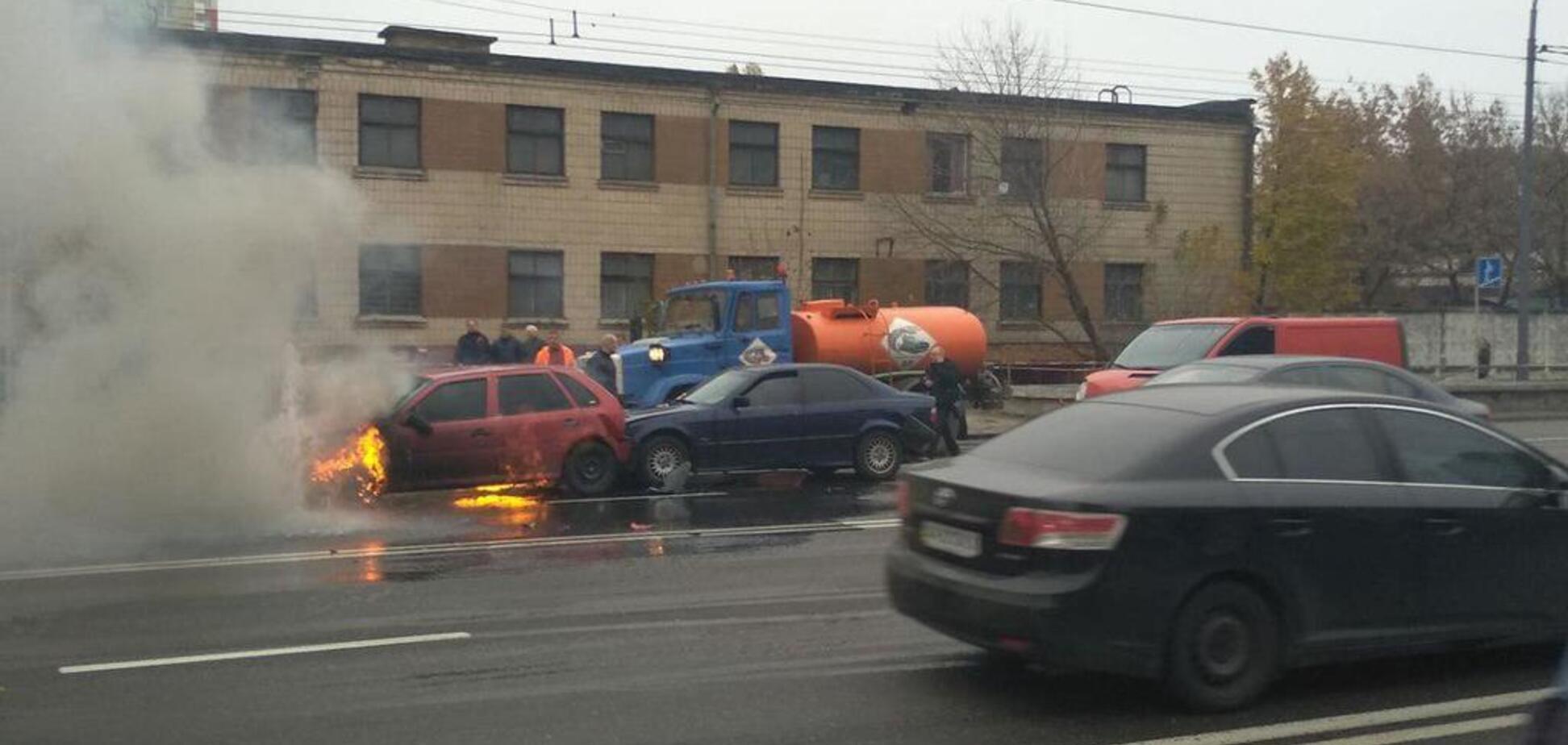 У Києві через аварію авто загорілося на ходу: перші фото й відео