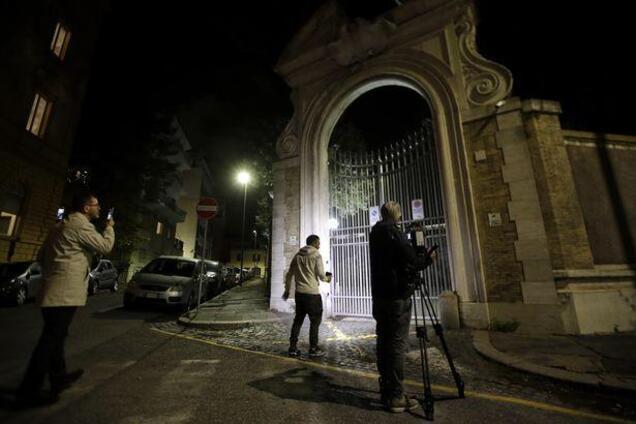 Вход в посольство Ватикана