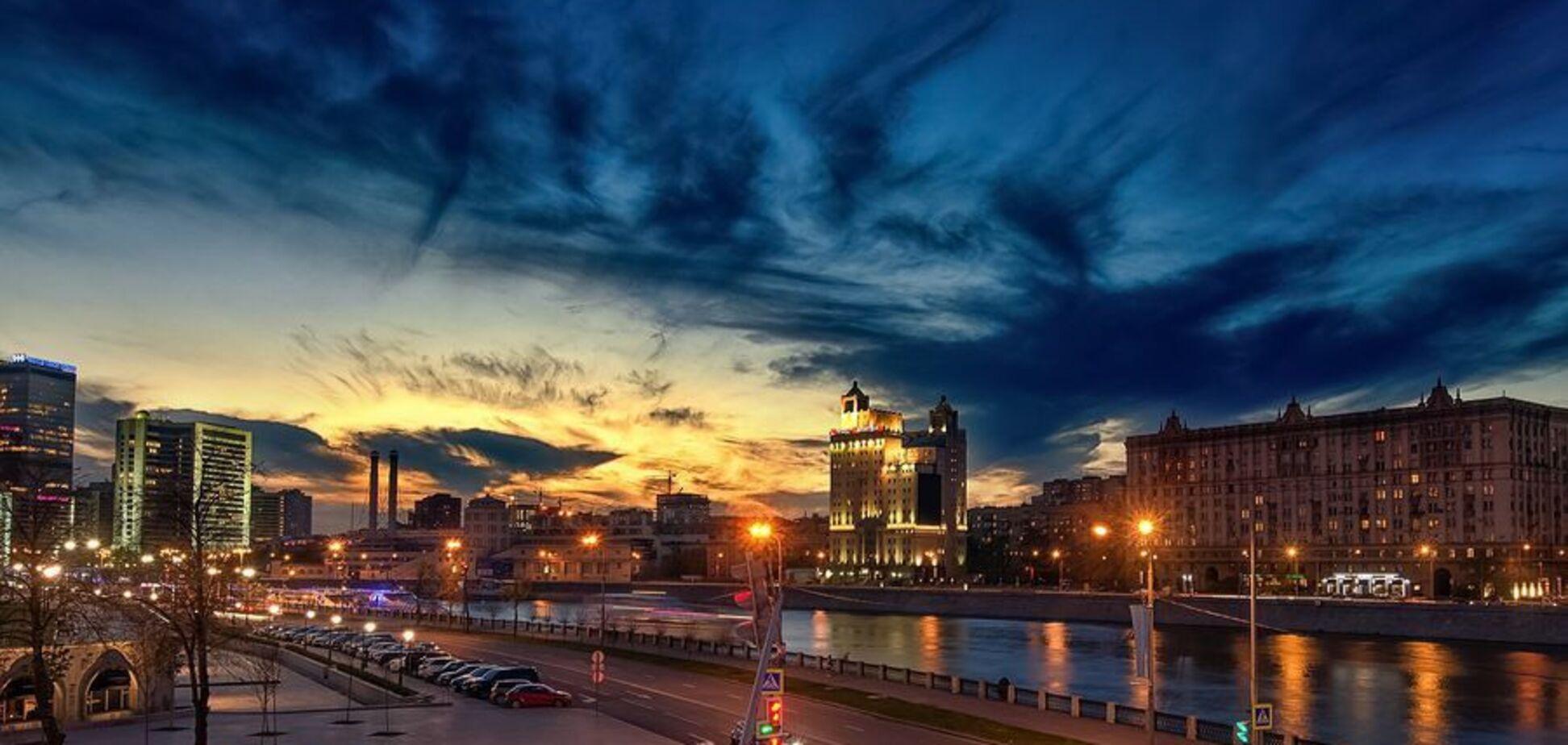 Час зупинився: у небі над Москвою помітили моторошну аномалію. Відеофакт