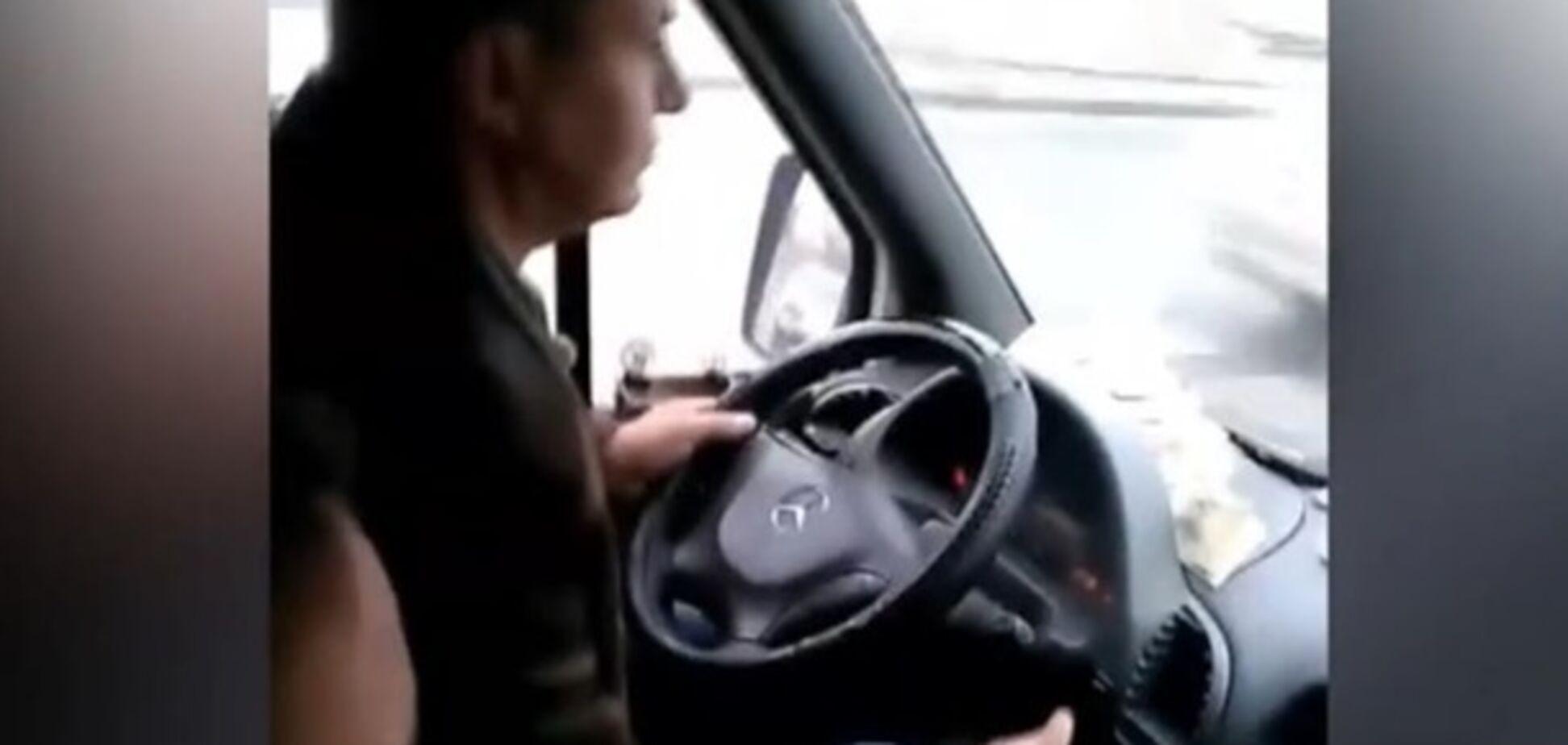 ''Дати в око по пару разів'': водій маршрутки, який грав на планшеті, обурив мережу
